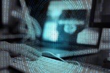 Image représentant de la saisie sur clavier informatique avec incrustation de code binaire